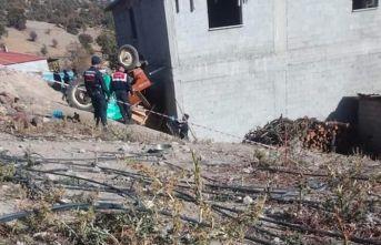 Traktör şarampole devrildi: 1 ölü, 3 yaralı