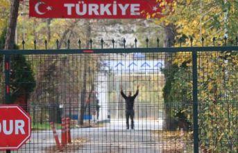 Türkiye gönderdi Yunanistan almadı terörist ortada kaldı!