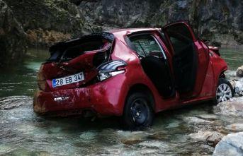 Giresun'da araç dereye yuvarlandı : 2 yaralı