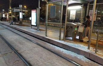 7 yaşındaki çocuk tramvay ile peron arasına sıkıştı