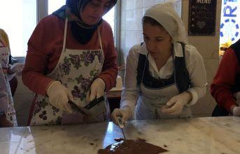 Kadınlar çikolata yapmayı öğreniyor