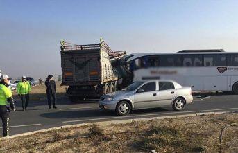 Otobüs tırla çarpıştı: Ölü ve yaralılar var