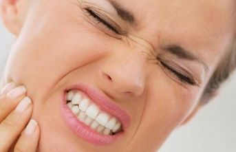 """""""Gece diş sıkma problemi baş ve çene ağrısına yol açıyor"""""""