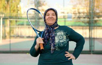 67 yaşında torunuyla birlikte tenise başladı!