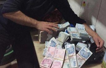 İçi para dolu çanta sahibi bulunarak teslim edildi
