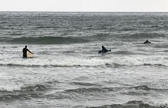 Karadeniz'in dalgalı sularında sörf