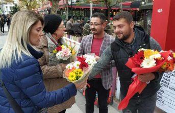 Cezadan kurtulmak için sokakta bedava çiçek dağıttı