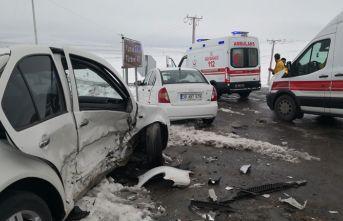 Aksaray'da iki otomobil çarpıştı