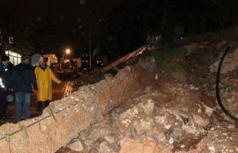 Şanlıurfa'da etkili yağmur nedeniyle okulun istinat duvarı çöktü