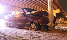Kaza yapan aracın sürücüsü ve yolcuları kaçtı