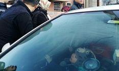 2 yaşındaki Yiğit otomobilde mahsur kaldı!