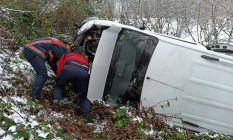Düzce'de karda yoldan çıkan minibüs şarampole...
