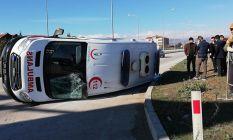 Hafif ticari araç ile ambulansla çarpıştı