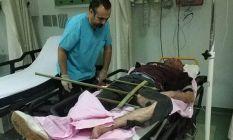 Bacağına saplanan demirle hastaneye kaldırıldı