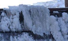 Kars'ta baraj gölü yüzeyi tamamen dondu!
