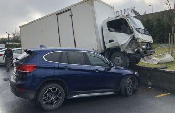 Bariyerleri aşan kamyon, lüks cipin üstüne düştü