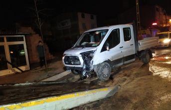 Polis aracı kamyonetle çarpıştı