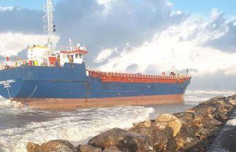 Kargo gemisi karaya oturdu!