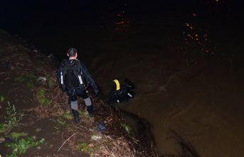 Irmağa atlayan kızını kurtarmak isteyen baba kayboldu!