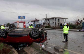 Yağışta kontrolden çıkan otomobil takla attı
