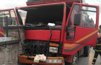 Direksiyon başında kalp krizi geçiren sürücü duvara çarptı