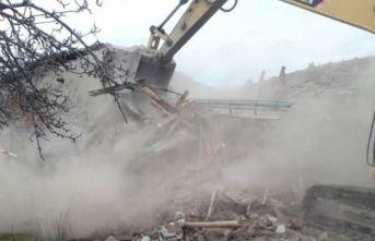 Malatya'da ağır hasarlı evler kontrollü yıkıldı