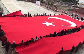 Şehitler için dua edip dev Türk Bayrağı açtı