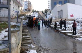 Başkent'te tuzlama aracı devrildi