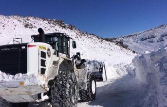 Iğdır'da ekiplerin karla mücadelesi devam ediyor
