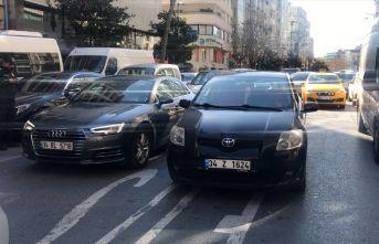İstanbul'un göbeğinde bıçaklı trafik kavgası:...