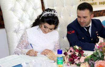 Sevgililer Günü'nde evlendi, nikaha bakın nasıl katıldı