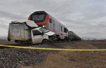 Feci kaza! Tren, kamyonete çarptı...