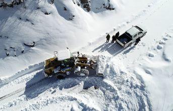 Karadeniz'in kardan kapanan yollarını açıyorlar