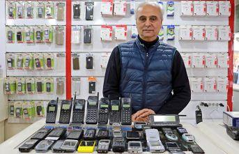 25 yıldır cep telefonu biriktiriyor