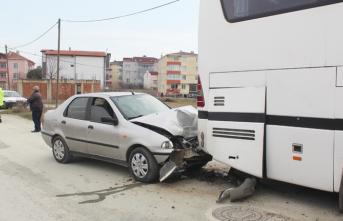 Otomobil park halindeki otobüse çarptı