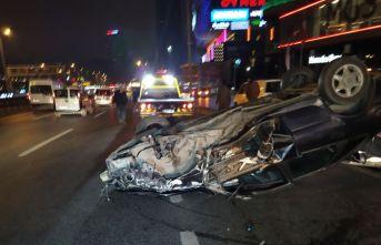 Kontrolden çıkan otomobil direğe çarpıp takla attı