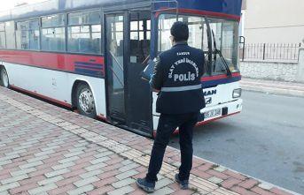 Pişkin hırsızlar otobüste alkol alıp teybi çaldı!