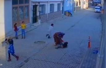 Bursa'da sokak ortasında 5 yaşındaki oğlunu evire çevire dövdü