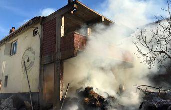 Samanlıkta çıkan yangın evin çatısına ulaştı