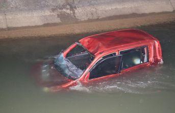 Araç sulama kanalına düştü