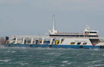 Fırtınanın sürüklediği feribot, karaya oturdu