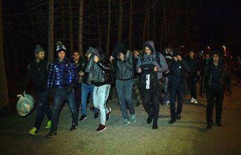 Mülteciler sınır kapılarına yürüdü