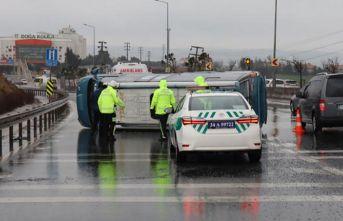 E-5 karayolunda yolcu minibüsü devrildi: 2 hafif...