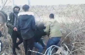 Göçmenler Yunan askerine ait aracı taşladı