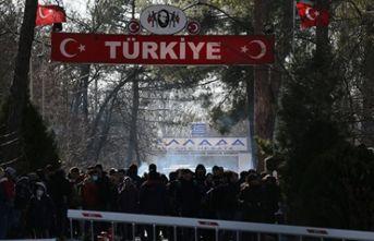 Mülteciler sınıra akın ediyorlar