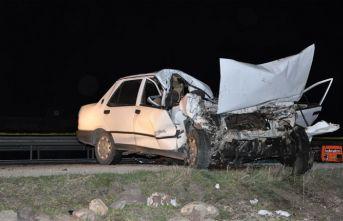 Sandıklı'da otomobil patates yüklü kamyona çarptı