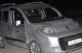 Afyonkarahisar'da 2 otomobil çarpıştı