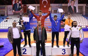 Yıldızlar Türkiye Güreş Şampiyonası'nda şampiyonlar ödüllerini aldı