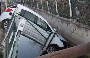 Otomobil sulama kanalına uçtu: 2 yaralı