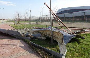 Şiddetli rüzgar spor salonunun çatısını uçurdu